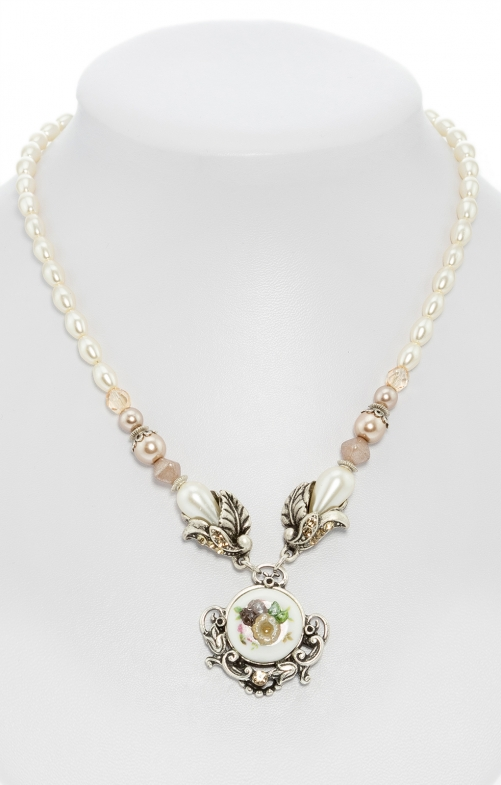 Perlenkette mit Blumenanhänger taupe